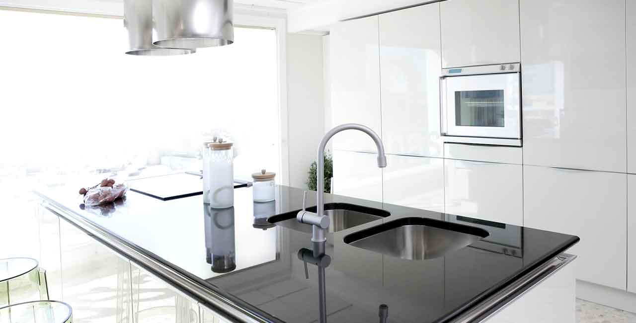 Kitchen-black-and-white-marble-modern-design